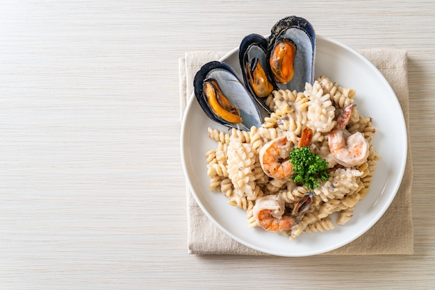 Molho de creme de cogumelo em espiral com frutos do mar - comida italiana