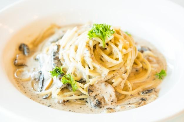 Molho de creme de espaguete com cogumelos trufas
