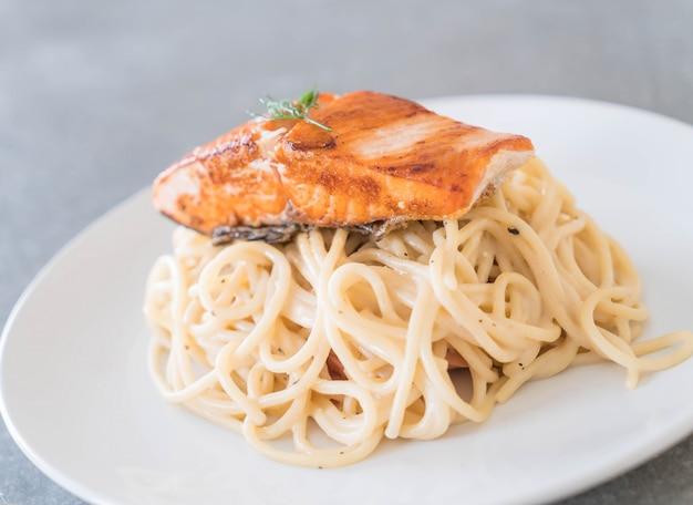 Molho de creme de espaguete com salmão