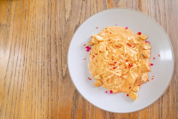 Molho de creme de espaguete e salmão. comida italiana