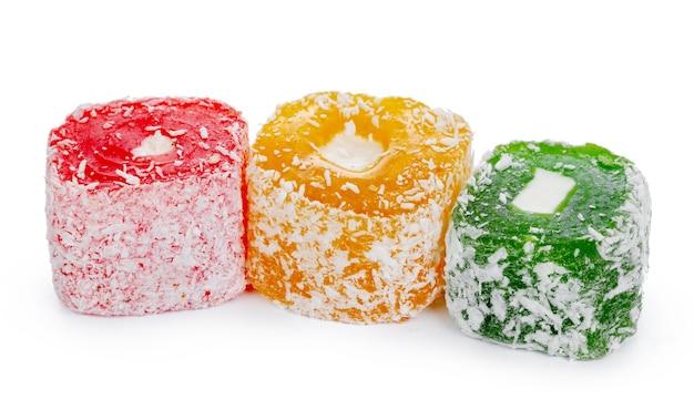 Molho de doces coloridos de delícia turca isolado no branco