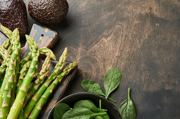Molho de espinafre de aspargos verdes frescos