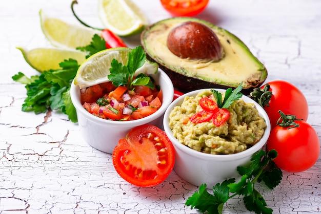Molho de guacamole e molho de tomate