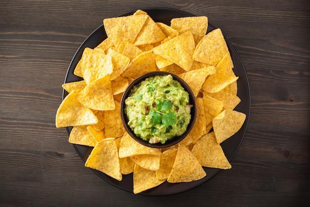 Molho de guacamole mexicano e chips de tortilha de nachos