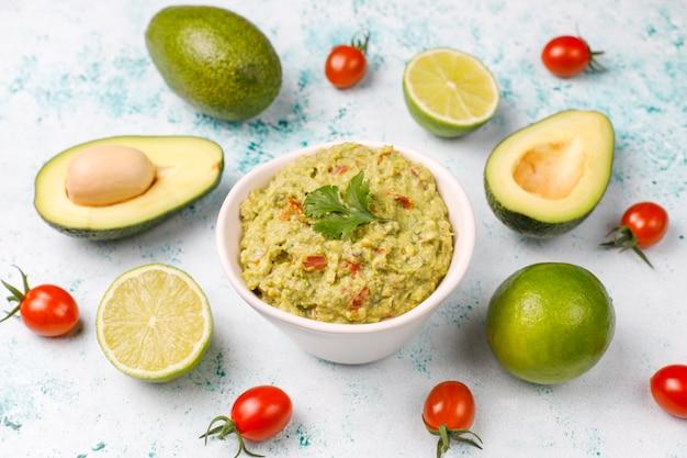 Molho de guacamole quente caseiro fresco com ingredientes, vista superior