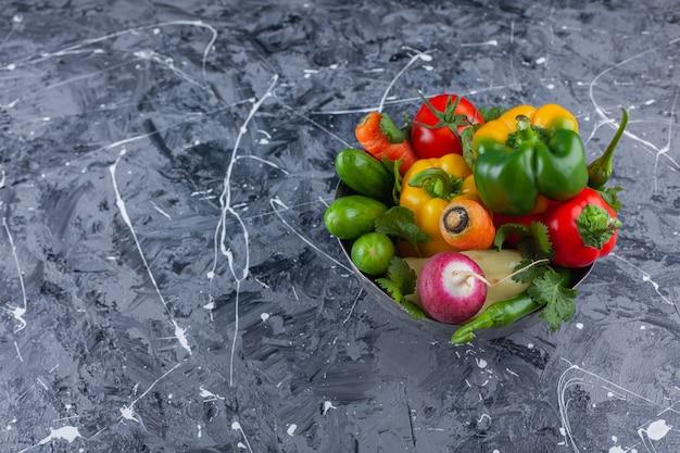 Molho de legumes frescos colocados em uma tigela de metal