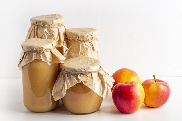 Molho de maçã enlatado e preservado em potes de vidro