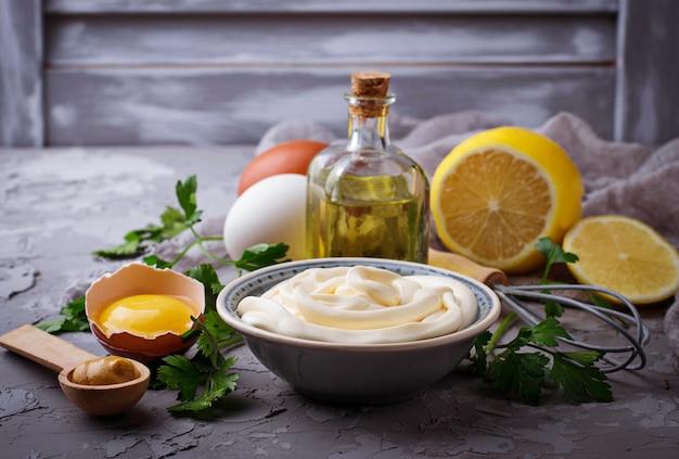 Molho de maionese caseira e azeite, ovos, mostarda, limão. foco seletivo