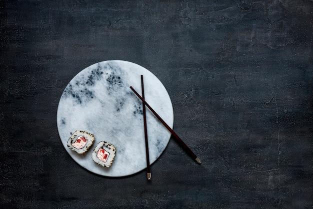 Molho de mousse de carne de caranguejo japonês na placa de pedra de mármore com pauzinhos