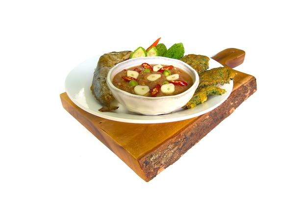 Molho de pasta de camarão e conjunto de vegetais. comida tailandesa na madeira isolado no fundo branco