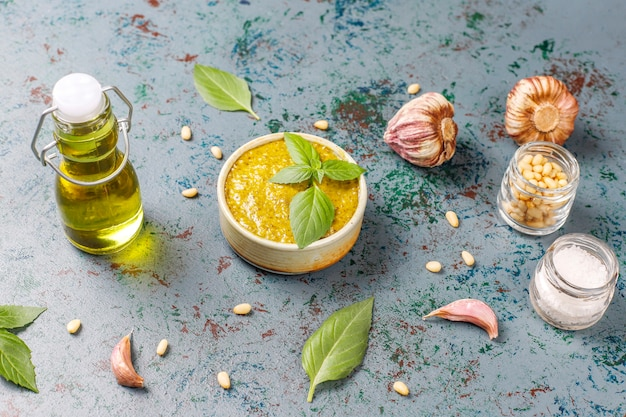 Molho de pesto de manjericão italiano com ingredientes culinários para cozinhar.