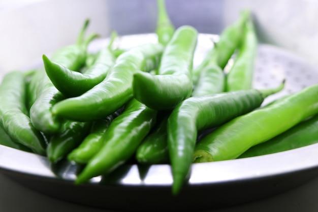 Molho de pimenta verde fresca em um fundo branco