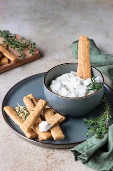 Molho de queijo azul ou molho dip com alecrim e palitos de biscoitos de gengibre.