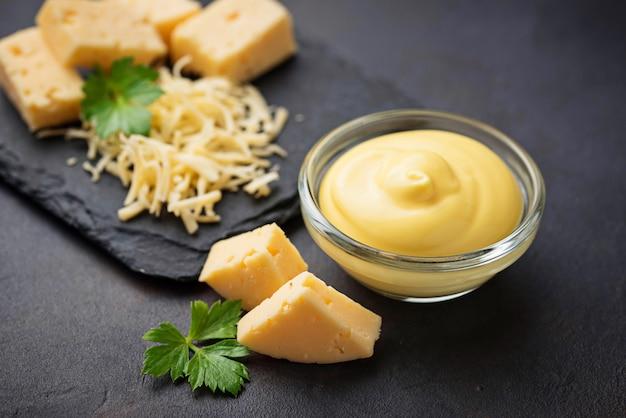 Molho de queijo caseiro na tigela de vidro