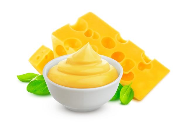 Molho de queijo isolado no fundo branco com traçado de recorte