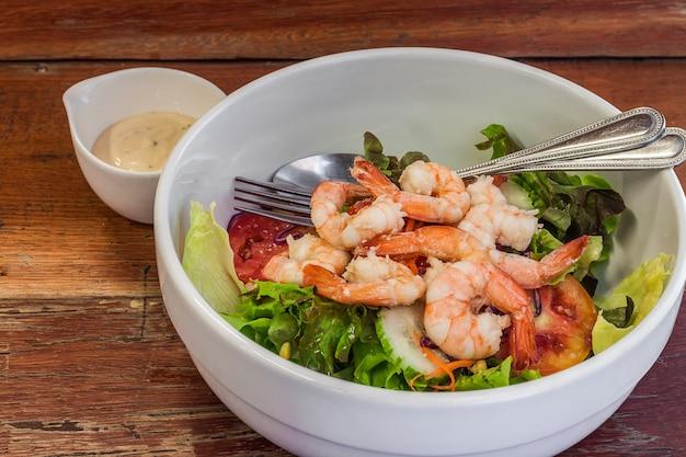 Molho de salada com camarão cozido