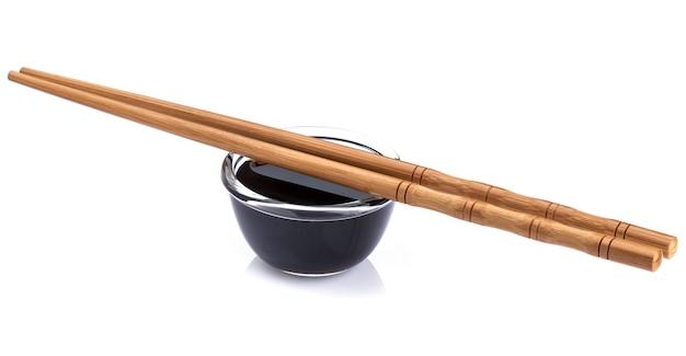 Molho de soja e pauzinhos de bambu
