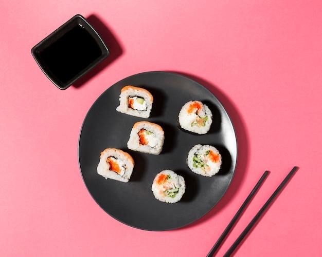 Molho de soja e rolos de sushi