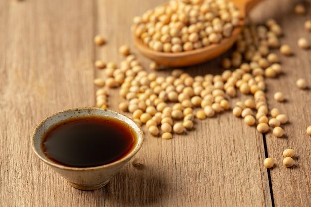Molho de soja e soja no assoalho de madeira molho de soja conceito de nutrição alimentar.
