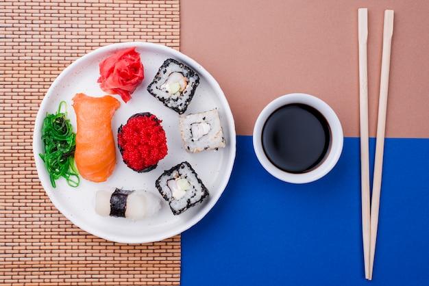 Molho de soja e sushi fresco na mesa