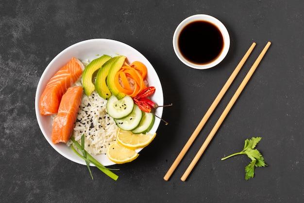 Molho de soja e tigela com peixe e arroz