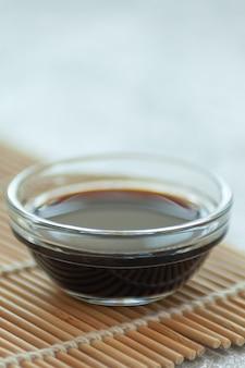 Molho de soja em um guardanapo de bambu