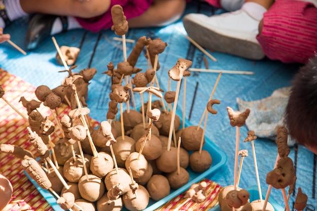 Molho de solo pegajoso feito à mão de criança