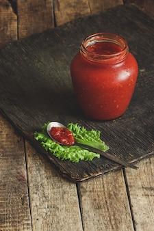 Molho de tomate em uma jarra