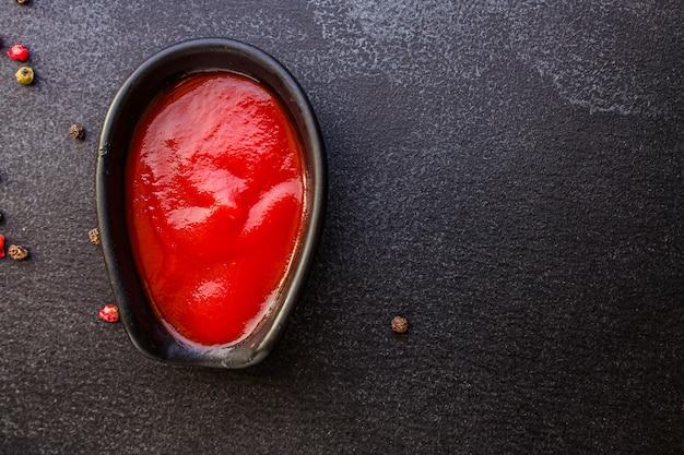 Molho de tomate em uma molheira em cima da mesa