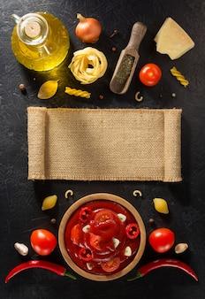 Molho de tomate em uma tigela com textura de fundo preto