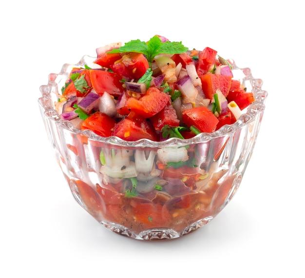 Molho de tomate fresco, com pimenta preta marinada, cebola roxa em conserva e suco de limão
