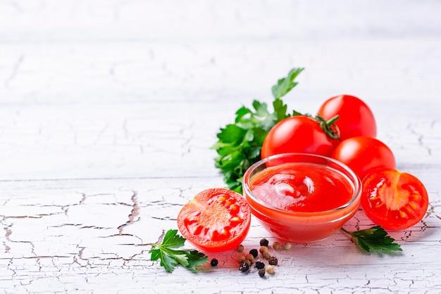 Molho de tomate ketchup em fundo de madeira