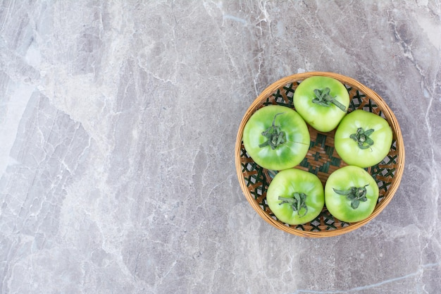 Molho de tomates verdes em uma tigela de cerâmica