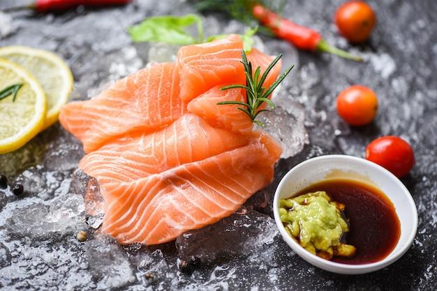 Molho de wasabi com filé de salmão cru com ervas e especiarias de gelo