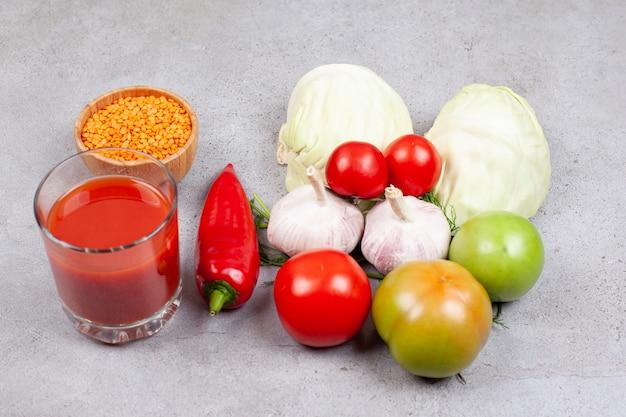 Molho e vários tipos de vegetais