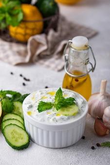Molho grego tradicional ou tzatziki de aperitivo