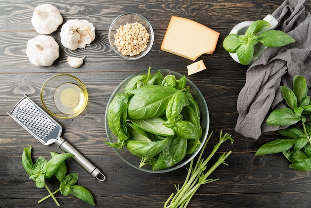 Molho pesto. cozinha italiana. preparando molho pesto italiano, manjericão e ingredientes na mesa preta