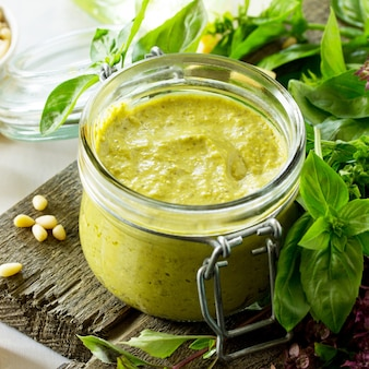 Molho pesto cozinhando molho pesto caseiro tradicional molho italiano de manjericão verde