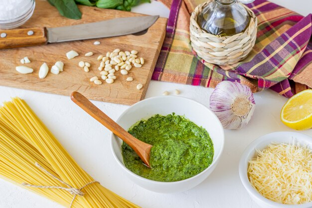 Molho pesto e ingredientes. cozinha italiana. comida vegetariana. a dieta.