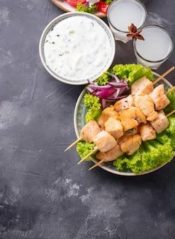 Molho tzatziki, souvlaki e pratos gregos tradicionais