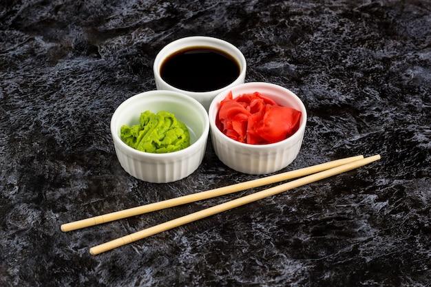 Molhos de sushi com pauzinhos