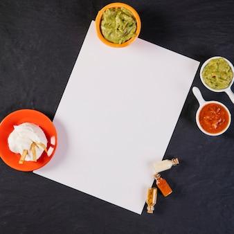 Molhos mexicanos perto da folha de papel