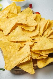 Molhos nachos e guacamole e queijo, em mesa branca