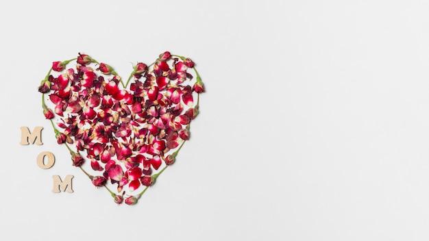 Mom título perto do coração de flores