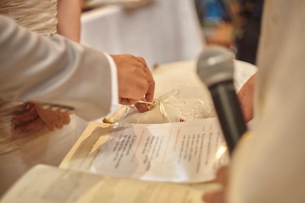 Momento da troca de alianças durante a celebração de um casamento