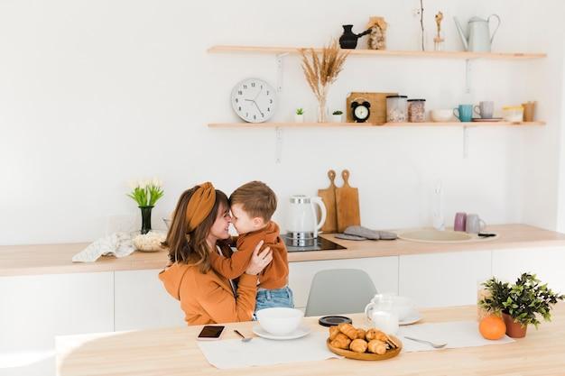 Momento de amor com mãe e filho