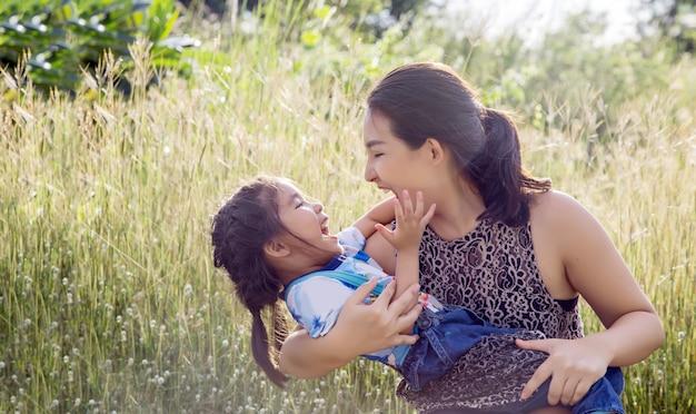 Momento de crianças asiáticas e mãe abraço com amor