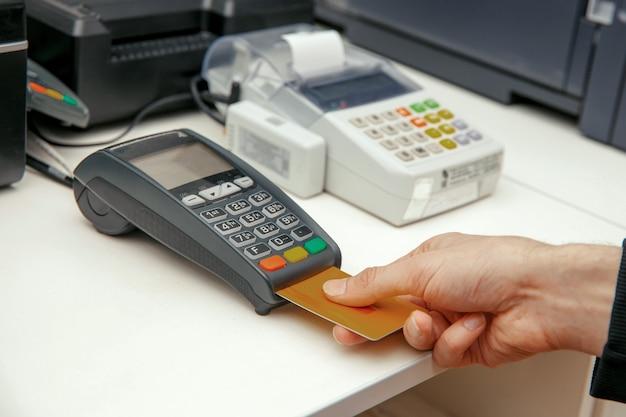 Momento do pagamento com cartão de crédito no terminal