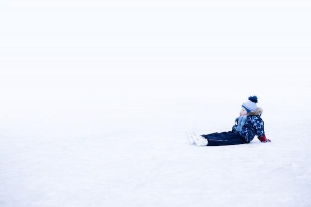 Momento engraçado - menino bonitinho caiu na pista de patinação no gelo