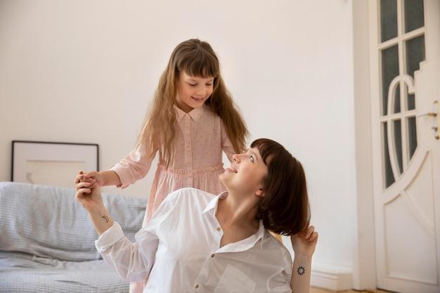 Momento médio, mãe e menina felizes